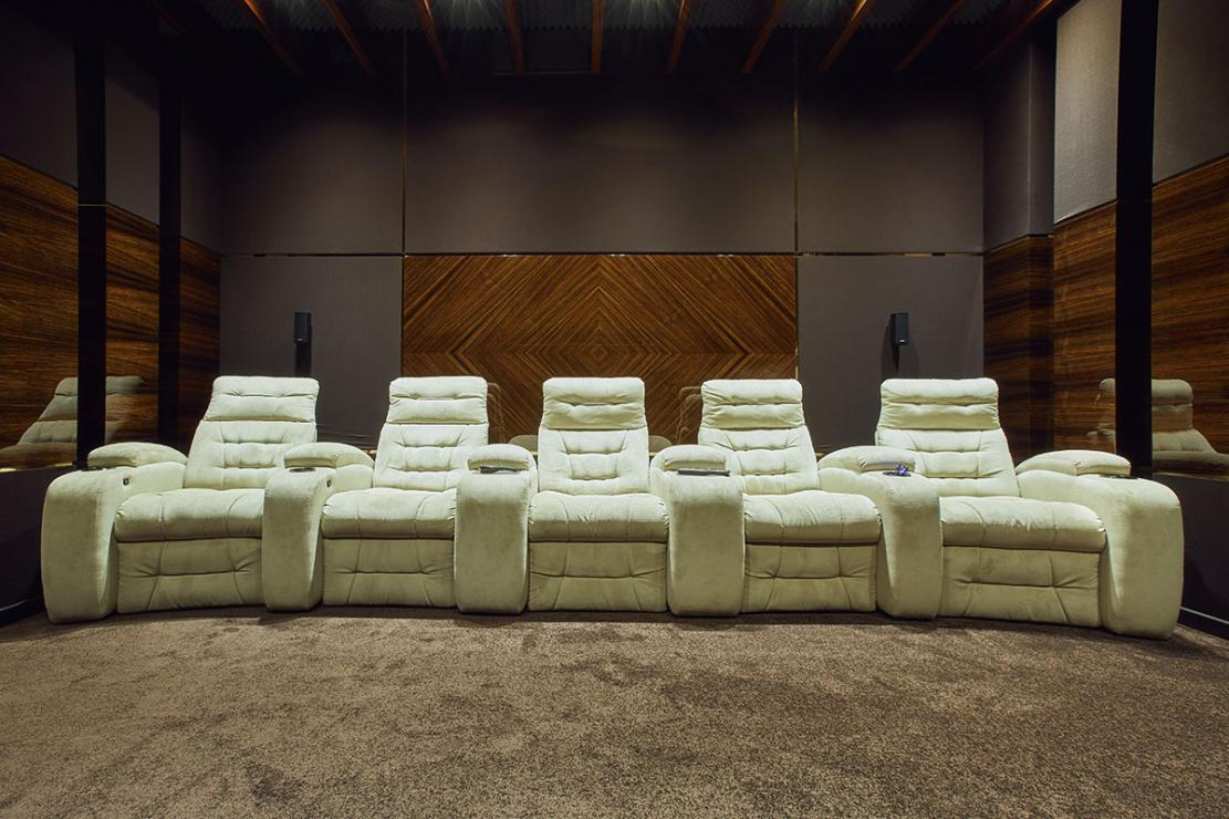 Кресла-реклайнеры в домашнем кинотеатре — эффект погружения гарантирован!
